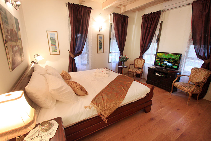 החדר והמיטה - צל אלון