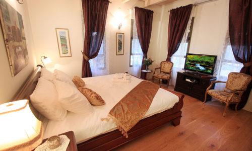 החדר והמיטה- צל אלון