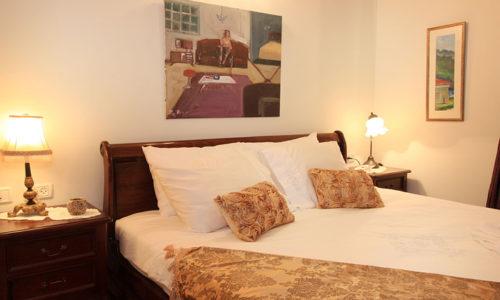 המיטה מהצד- צל אלון